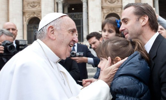 """JOSEPH FIENNES, STAR OF SONY PICTURES' NEW FILM RELEASE """"RISEN,"""" MEETS POPE FRANCIS IN VATICAN CITY"""